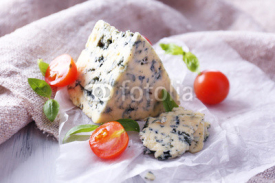 Obrazy i plakaty Tasty blue cheese with tomatoes and basil on paper