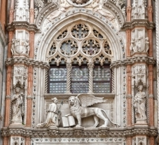 Obrazy i plakaty The Venetian lion and Doge, San Marco cathedral, Venice