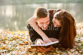 Obrazy i plakaty young couple lying down reading