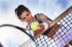 Obrazy i plakaty Beautiful young girl rests on a tennis net