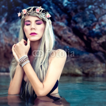 Obrazy i plakaty Portrait of sensual blond girl in a wreath in the sea