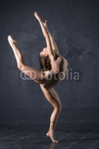 Obrazy i plakaty Professional woman dancer posing at wall