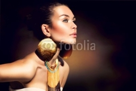 Fototapety Fashion Woman Portrait. Golden Jewels. Trendy Makeup
