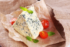 Obrazy i plakaty Tasty blue cheese with tomatoes and basil, on burlap background