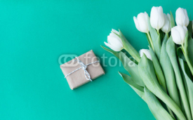 Obrazy i plakaty White tulips bouquet and gift box