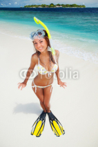 Obrazy i plakaty Fun woman with snorkeling equipment on the beach