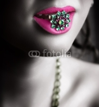 Fototapety Green ring in pink lipspink lip and ring.