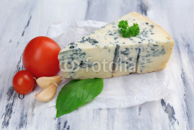 Obrazy i plakaty Tasty blue cheese on old wooden table