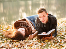 Obrazy i plakaty young man reading to his girlfriend