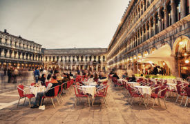 Fototapety VENICE, ITALY - MAR 23, 2014: Tourists enjoy cafe in Piazza San